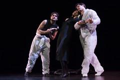 En la imagen se puede ver a tres componentes del grupo de teatro de pie sobre el escenario.  Fotografía cedida por Óscar Blanco Gutiérrez