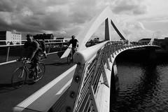 Drochaid-coise/rothairean Thradeston / Tradeston pedestrian/cycle bridge (The Squiggly Bridge) (Rhisiart Hincks) Tags: abhainnchluaidh afonclud riverclyde glasgow glaschu beic bicycle marchhouarn velo baidhsagal rothar fahrrad bicylette bizikleta divrodeg diwros deurod drochaid droghad pont zubi pod aldi bridge ponte piriti puente brcke   yralban alba scotland albain kotija koterana eskozia broskos scoia cosse esccia schottland skotlanti escocia duagwyn gwennhadu dubhagusgeal dubhagusbn zuribeltz czarnobiae blancinegre blancetnoir blancoynegro blackandwhite  zwartenwit mustajavalkoinen crnoibelo ernabl schwarzundweis bw feketefehr melnsunbalts juodairbalta negruialb siyahvebeyaz rnoinbelo   ewrop europe eu ue rinneuropa