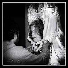 Sustos y leyendas (Unos y Ceros) Tags: blancoynegro nochedebrujas miedo canguelo pasajedelterror espanto susto acojone pnico horror tembleque pavor sobresalto angustias sorpresa tormento congoja zozobra intranquilidad ansiedad apuro pesadilla penalidad reconcomio desazn resquemor angustia alucinaciones nochedenimas trucotrato disfraces aviaparklamuela fiestadelanoche zaragoza aragn textura pinturaluz unosyceros 2016 lightroom nikond700 zaragons zaragoneses europa unineuropea ue invarietateconcordi