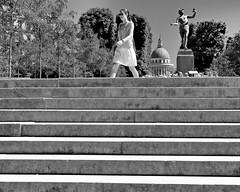 Toute pressée/In a hurry (floressas.desesseintes) Tags: paris jardindeluxembourg treppe staris escalier frau femme woman jungefrau youngwoman jeunefemme eilig hurry pressé klassik streetfotografie schwarzweis