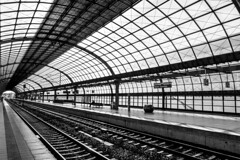 Berlin-Spandau (ToDoe) Tags: bw berlin monochrome station platform tracks bahnhof gleise bahnsteig berlinspandau scharzweis