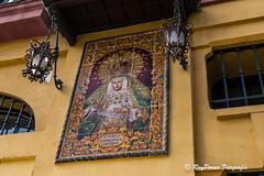 Mosaico en un edificio cercano a la Basílica Menor de Santa María de la Esperanza Macarena. Sevilla, Andalucia. España. (RAYPORRES) Tags: españa sevilla andalucia septiembre vacaciones 2015 nuestraseñoradelaesperanzamacarena tercerdiamañana basílicamenordesantamaríadelaesperanzamacarena