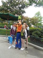 Disneyland Paris 2016 (Elysia in Wonderland) Tags: disneyland paris disney france theme park joe elysia lucy holiday 2016 meeting goofy character meet greet