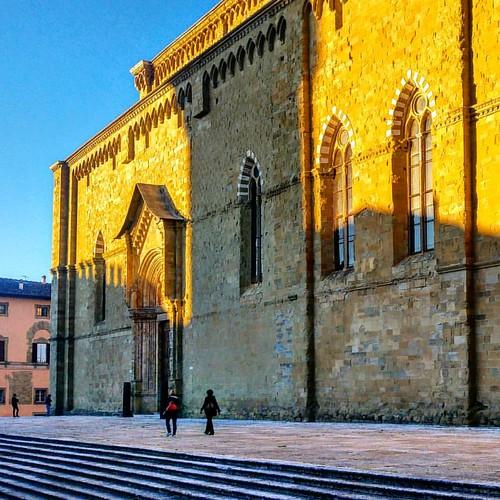 Rivolgi il viso verso il sole e le ombre cadranno alle tue spalle. . . . Facciata laterale del Duomo_Arezzo ·