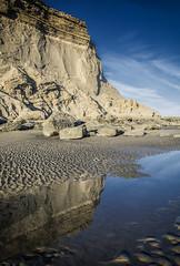 en el espejo (Mauro Esains) Tags: playa costa mar ocano musgo paisaje patagonia atardecer reflejo sol piedras rocas acantilado punta naturaleza perspectiva cielo nubes agua la herradura chubut