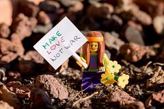 Make Love, Not War (Marmotuca) Tags: lego hippie love makelovenotwar flickrfriday mensaje message peace amor guerra hazelamornolaguerra
