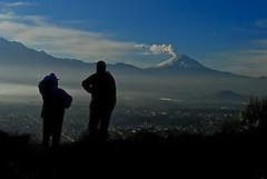 a lo lejos (Momoztla) Tags: azul contraluz de mexico personas cerro cielo mujeres nube elefante fumarola estado volcan popocateptl ixtapaluca momoztla