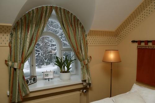 Talvinen näkymä Hirvihaaran Kartanon hotellihuoneesta