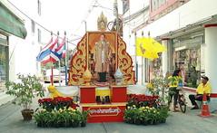 the king at the entrance to a housing estate (the foreign photographer - ) Tags: housing estate phahoyolthin road shrine king bangkhen bangkok thailand canon kiss 400d