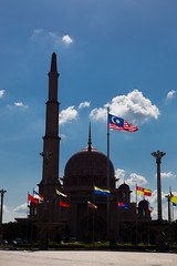 L'ombre de Masjid Putra - Putrajaya, nouvelle capitale malaise (Erminig Gwenn) Tags: vert 6197 canoneos6d canon6d adobelightroomcc adobelightroom6 lightroom fullframe pleinformat 24x36 malaysie malaysia asie asia ville city town capitale capital purtajaya vilenouvelle newtown urbanisme urbanism mosquée mosque islam islamic moghol architecture musulman musulmane flag drapeau nuages clouds cloud blue sky ciel bleu contrejour backlight minaret dome dôme