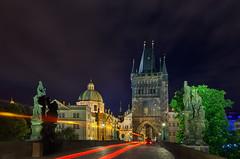 Luces en el Puente Carlos (Praga) (Juanra Rey) Tags: praga republicacheca puentecarlos nocturna largaexposicion luces estelas nikond90 nikon1685