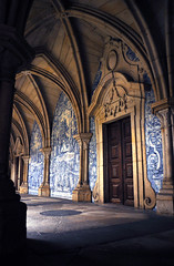 Porto - Di volta in volta *Explore* (Celeste Messina) Tags: porto portogallo portugal s cattedrale cathedral chiostro cloister gotico gothic azulejos volte luce light ombra shadow lucenaturale naturallight chiesa church ribeira tipico typical