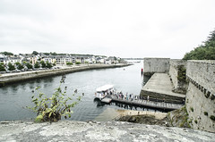Concarneau :The walls / Le Mura (sandromars) Tags: france francia brittany bretagna concarneau walls ferrypassengers