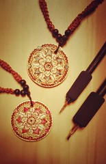 Ararsko pirografia (vivianmiliziano) Tags: wood idea necklace mandala regalo legno fireart hechoamano ciondolo pirogravura pirografia pirography zentangle