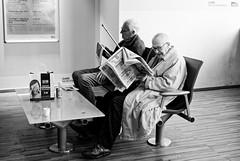 Les copains d'abord (Paolo Pizzimenti) Tags: copain mr g montparnass lahavane jeune journaux lire paris montparnasse ami paolo olympus zuiko penf 12mm 25mm f2 f18 film pellicule argentique doisneau