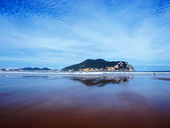 Espejo (Ave evA) Tags: buciero laredo cantabria playa beach reflejos reflects cieloazul azul sky costa orilla mar sea nature naturaleza agua nubes clouds paisaje landscape sand noviembre