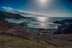Barcas en la playa (Miquel Gomis) Tags: da18250mm espaa k5iis playa spain atlantico barcas boats canarias lanzarote mar ocean oceano pentax sea elgolfo es