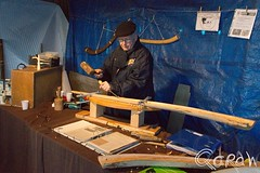 Uithakken van een midwinterhoorn (Qdraw.nl foto's) Tags: ambacht beltrum midwinterhoornblazers mid winter bloazers hamer beitel people