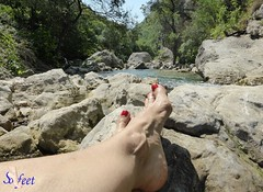 Les pieds du Loup (Sofeet !) Tags: red sexy feet water female river toes pretty bare fresh toenails toerings sofeet