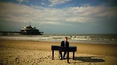 Le pianiste (Yasmine Hens) Tags: blankenberge hensyasmine piano pianiste sea saariysqualitypictures ngc