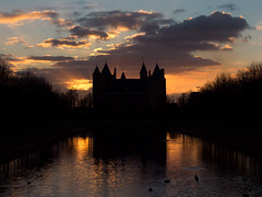 Slot Assumburg (Paul Beentjes) Tags: nederland netherlands heemskerk kasteel castle slot assumburg zonsondergang sunset gouden golden reflecties reflections