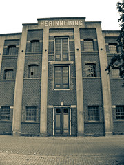 "voormalig pakhuis (former storehouse) ""Herinnering"", Veerdijk 57, Wormer, Netherlands (CBP fotografie) Tags: bw holland history netherlands blackwhite zwartwit nederland noordholland historie zw wormer pakhuis geschiedenis herinnering northholland pakhuisherinnering"