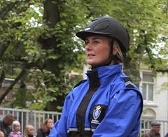 de helm die ons allen past (Gerard Stolk (retour de l'Occitane)) Tags: denhaag haag thehague marechaussee lahaye voorbereiding prinsjesdag escorte