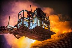 lmh-rundtjernveien002 (oslobrannogredning) Tags: bygningsbrann brann brannvesenet brannmannskaper slokkeinnsats brannslokking brannslukking stigebil lift høydemateriell arbeidihøyden arbeidpåtak taksikring hulltaking brannlift