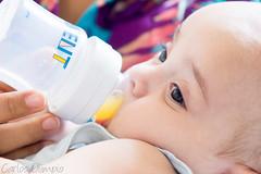 Gabriel provando suco (Carlos Olimpio a.k.a Malino) Tags: gabriel sony bebê suco mamadeira nikkor135mmf28ais a6000 ilce6000