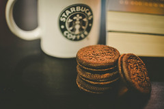 (panikyu) Tags: nikon d5100 oreo sweets cup coffee starbucks biscuit cookie books close