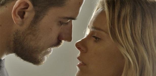 """Em """"A Regra do Jogo"""", Lara é consolada por Dante e vai para cama com ele"""