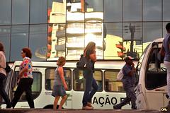 Shiny people (Otacílio Rodrigues) Tags: pessoas people rua streetphoto sol sun ônibus buses cidade city resende brasil oro reflexos reflections prédios buildings urban