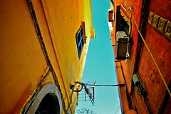Gasse (donatkuonen) Tags: acrhcitektur antenne blickwinkel gasse gelb hasuer horizont klimaanlage leitungen rot strom natur donat kuonen