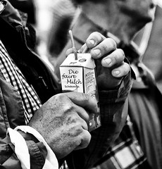 still addicted (baerophoto) Tags: hnde hands milch milk fair street schwarzweis balckwhite person