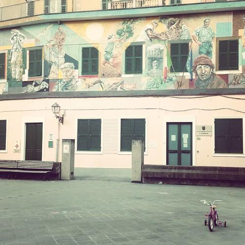 La #solitudine di un paese. Ultimo giorno della stagione. Poco dopo l'alba #riomaggiore #cinqueterre #liguria #babybike #bici #square #piaza