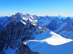 Cordée descendant l'Aiguille du Midi (3842 m) - Massif du Mont-Blanc (E*M) Tags: chamonix alps alpes montblanc aiguilledumidi alpinisme mountain aiguillesdechamonix hautesavoie cordée glacier sommet landscape climbing