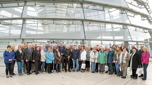 Begrüßung von politisch Interessierten bei einer Informationsfahrt auf der Kuppel des Reichstagsgebäudes.