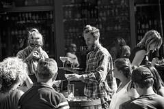 (...) (ngel mateo) Tags: ngelmartnmateo ngelmateo irlanda dubln ireland eire erin irish  camarero copas terraza bandeja dublin waiter terrace drinks tray