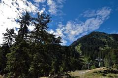 Les télésièges (Mystycat =^..^=) Tags: france cauterets hautespyrénées pyrénées midipyrénées montagne télésiège ciel nuages arbres