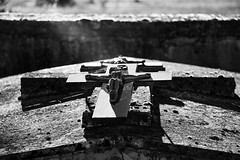 Mmoration (elenas_1) Tags: mmoration croix tombe toussaint cimetire lumire ombres rayon nb monochrome