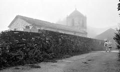 San Esteban de Liares con niebla - Galicia 2015 (Gabriel Navarro Carretero) Tags: fog trekking camino iglesia galicia niebla pathway caminodesantiago liares