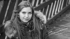 Sabine (deniscoeur) Tags: personnage portrait whiteblack pont passerelle bois cheveux beaut fille femme girl woman lumire lumirenaturelle lumiredujour canon600d f18 50mm