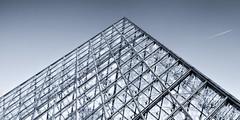 Pyramide du Louvre (Paris, France) (L'Abominable Homme de Rires) Tags: noiretblanc nb blackwhite bw canon 5d eos5dmarkii paris louvre pyramidedulouvre