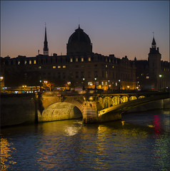 Paris s'endort (afantelin) Tags: ville cidade town soir night noite palaisdejustice saintechapelle seine fleuve pont bridge paris iledefrance conciergerie eau water agua monument