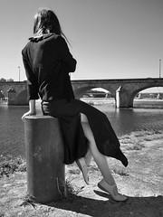 Midi, l'heure de la Fille du bord de Loire. (Thierry.Vaye) Tags: nevers marathon nièvre ville monochrome nb