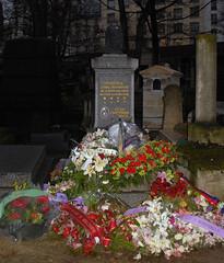 Cimetière de Montmartre (carolemason) Tags: flowers paris tombstone cimetièredemontmartre