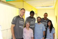 Mamadou, Tillie y Hanga visitan a los niños hospitalizados en Txagorritxu