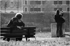 Love & Selfie (Roberto Spagnoli) Tags: amore selfie love abbraccio hug panchina bench biancoenero blackandwhite fotografiadistrada streetphotography innamorati lovers verona