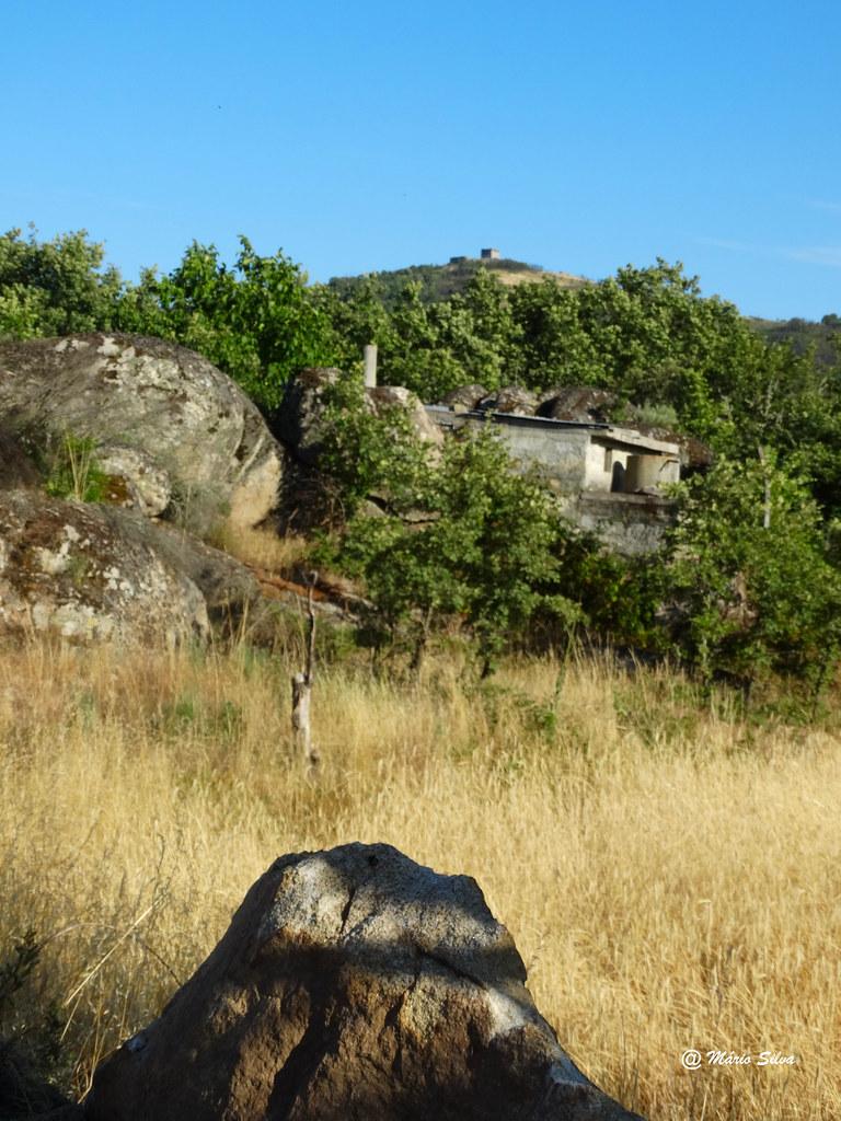 Águas Frias (Chaves) - ... a fraga, o armazém e o Castelo no alto da colina ...