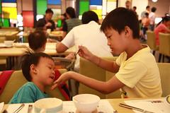 IMG_8857.jpg (小賴賴的相簿) Tags: family kids canon happy 50mm stm 台中 小孩 親子 陽光 chrild 福容飯店 5d2 老樹根 麗寶樂園 anlong77
